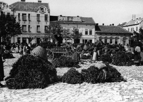 early 20th century, Hungary --- Cayenne Pepper Market Square --- Image by © Hulton-Deutsch Collection/CORBIS